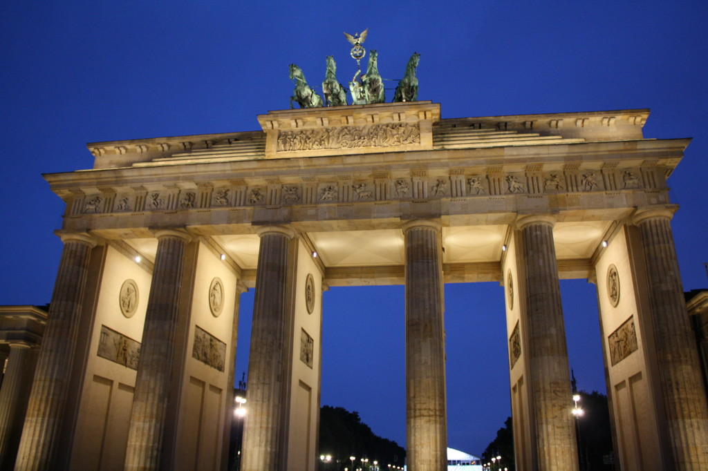 brandenburg tor gate at night berlin